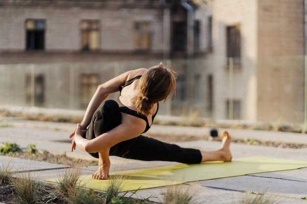 Jeune, girl, pratiquer, étirage, yoga, séance entraînement, exercice