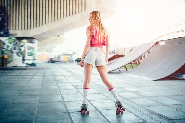 Jeune, girl, rouleaux, rue