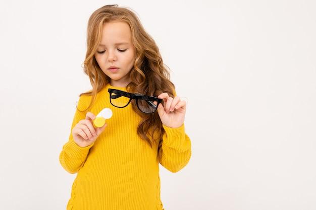 Jeune, girl, tenue, récipient, lentilles, lunettes, sien, main