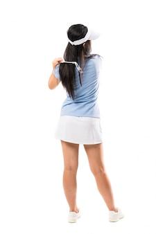 Jeune golfeuse asiatique sur un mur blanc isolé
