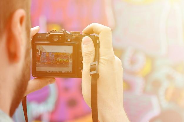 Un jeune graffeur photographie son tableau complet au mur