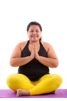 Jeune grosse femme asiatique faisant des poses de yoga