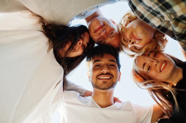 Jeune groupe multiethnique de personnes dans le cinéma en plein air.