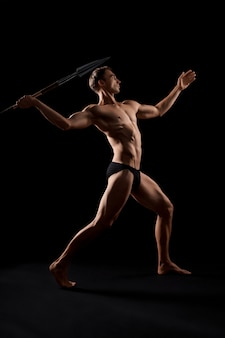 Jeune guerrier lançant une lance.