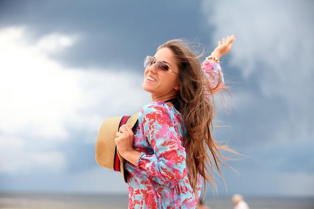 Jeune et heureuse femme sur la plage