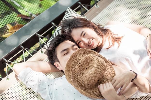 Jeune et heureux couple asiatique amoureux sur le balcon du berceau