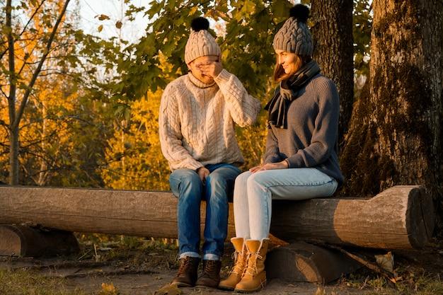 Jeune et heureux couple dans le parc en automne