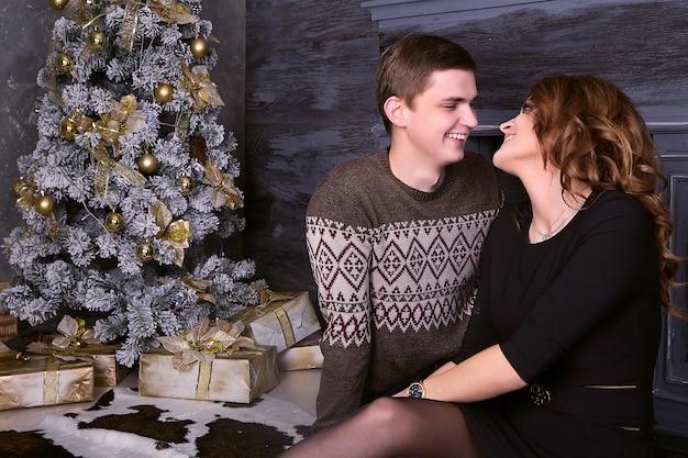 Jeune, heureux, couple, séance, devant, arbre noël