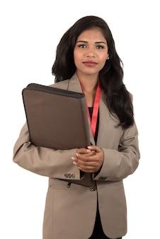 Jeune, heureux, femme affaires, tenue, dossier
