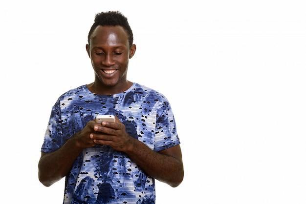 Jeune, heureux, noir, homme africain, sourire, quoique, utilisation, téléphone portable