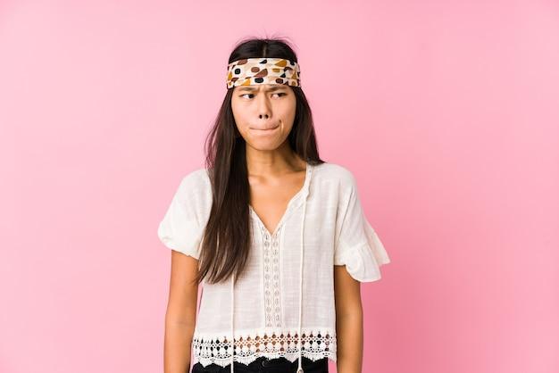 Jeune hippie chinois isolé confus, douteux et incertain.