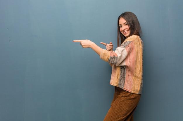 Jeune, hippie, femme, pointage, côté, doigt
