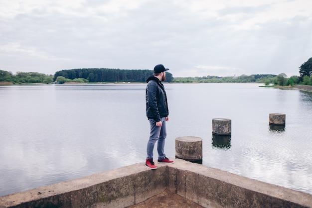 Jeune hipster homme voyageur randonnée