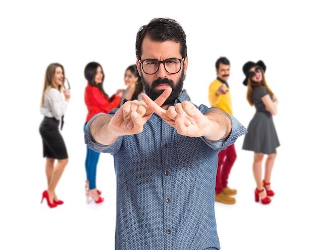 Jeune hipster man fait aucun geste