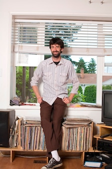 Jeune hipster urbain avec collection de disques