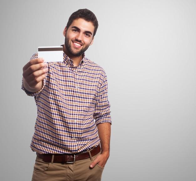 Jeune hispanique homme chemise fond
