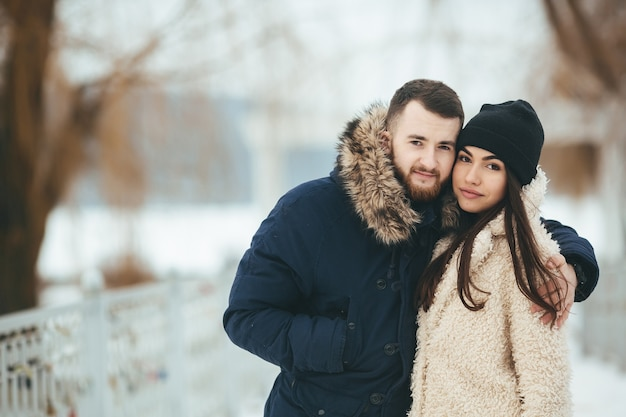 Jeune hiver en plein air froid visage