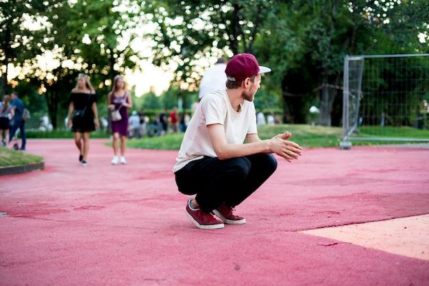 Jeune homme acrobate liberté activité physique dans le concept de ville urbaine