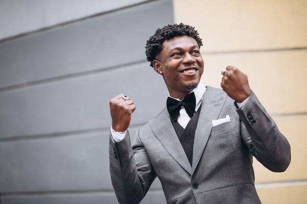 Jeune homme d'affaires africain en costume chic