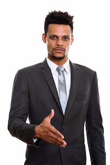 Jeune homme d'affaires africain donnant la poignée de main isolé sur blanc