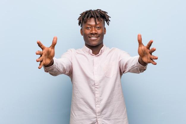Jeune homme d'affaires africain noir se sent confiant donnant un câlin