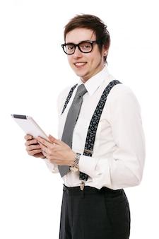 Jeune homme d'affaires à l'aide de tablet pc