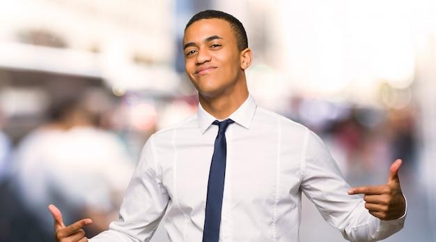Jeune homme d'affaires américain afro fier et satisfait de son concept d'amour dans la ville