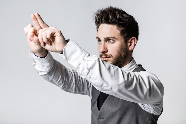 Jeune homme d'affaires, appuyant sur un bouton sur un écran imaginaire.