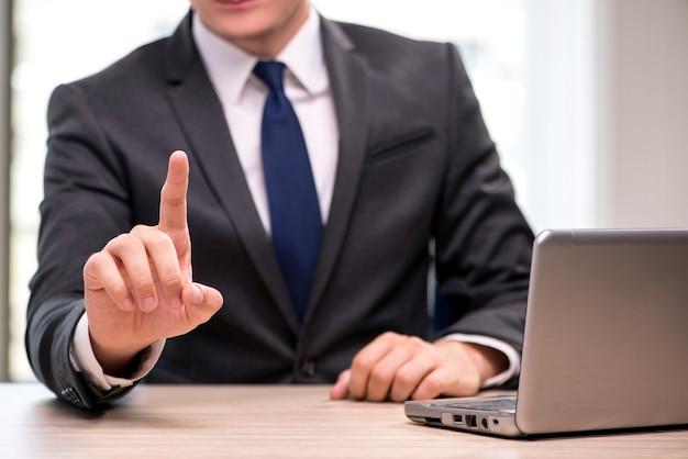 Jeune homme d'affaires en appuyant sur les boutons dans le concept d'affaires