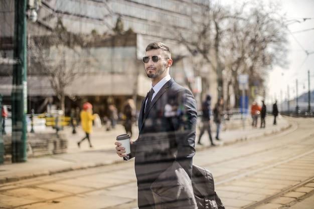 Jeune homme d'affaires à l'arrêt de tram