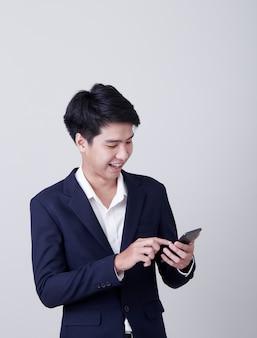 Jeune homme d'affaires asiatique à l'aide d'un téléphone intelligent
