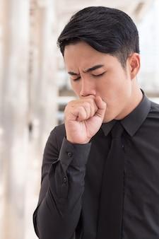 Jeune homme d'affaires asiatique malade