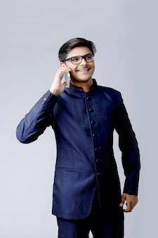 Jeune homme d'affaires asiatique parlant sur téléphone mobile