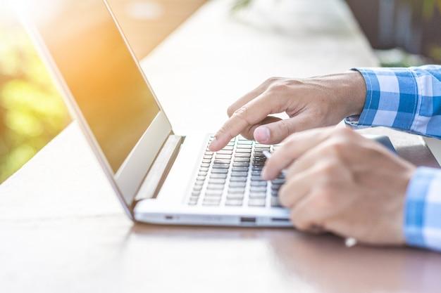 Jeune homme d'affaires asiatique travaillant sur son ordinateur portable.