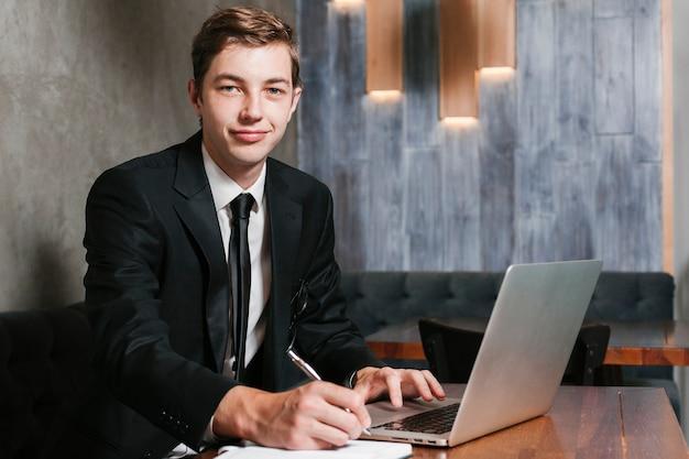 Jeune homme d'affaires au bureau