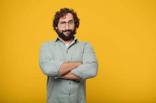Jeune homme d'affaires barbu exprimant un concept