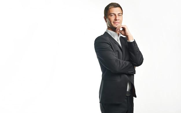 Jeune homme d'affaires beau en costume noir