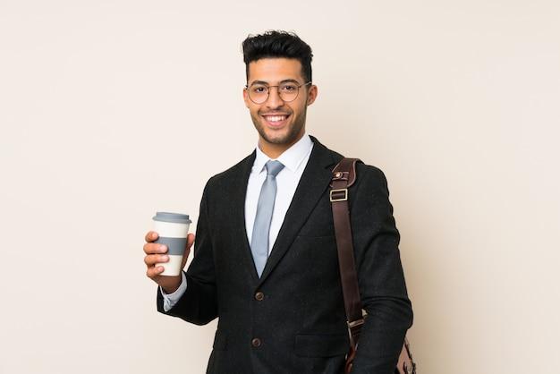 Jeune homme d'affaires beau tenant un café à emporter