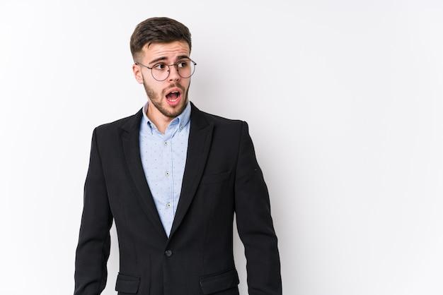 Jeune homme d'affaires caucasien choqué à cause de quelque chose qu'il a vu.