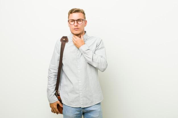 Jeune homme d'affaires caucasien souffre de douleurs à la gorge en raison d'un virus ou d'une infection.