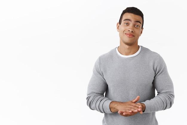 Jeune homme d'affaires charismatique et confiant se frottant les mains comme une bonne affaire