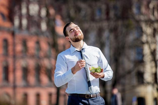 Jeune, homme affaires, chemise, cravate, salade, déjeuner, boîte