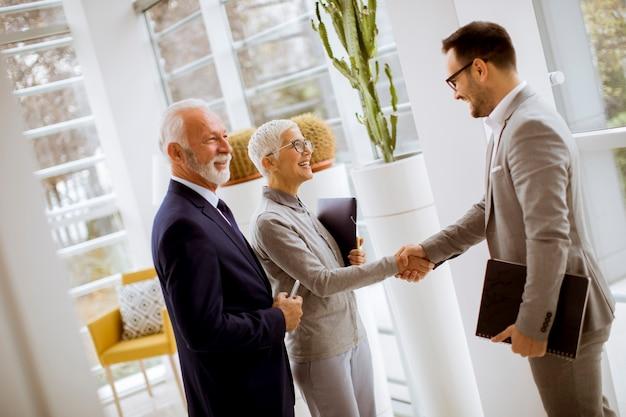 Jeune, homme affaires, à, clients aînés, permanent