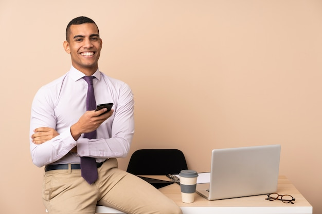 Jeune homme d'affaires dans un bureau applaudissant