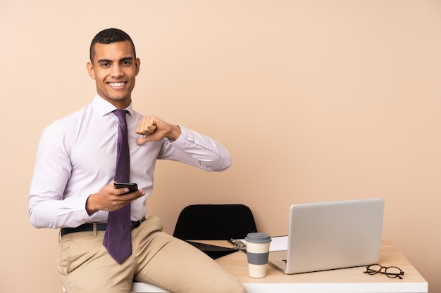 Jeune homme d'affaires dans un bureau fier et satisfait de lui-même