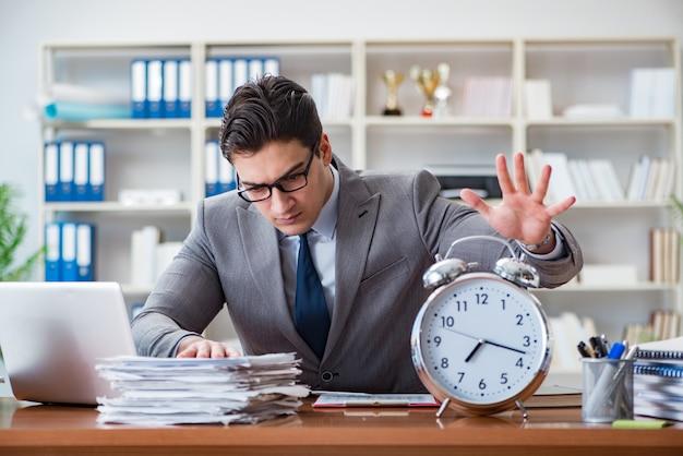 Jeune homme d'affaires dans le concept de gestion de temps
