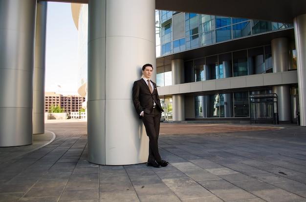 Un jeune homme d'affaires dans une métropole d'été.