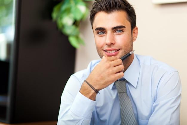 Jeune homme d'affaires dans son bureau