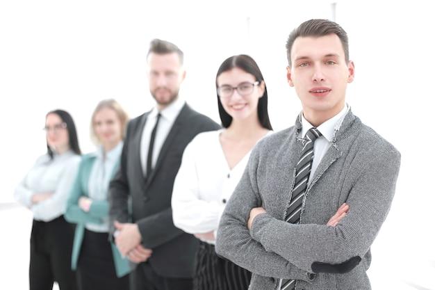 Jeune homme d'affaires debout devant son équipe d'affaires.photo avec espace de copie