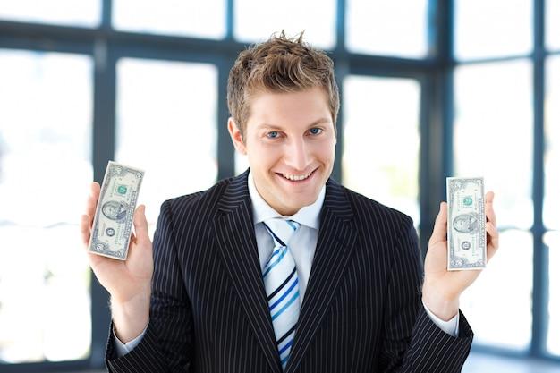 Jeune homme d'affaires détient une somme au bureau